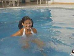 karla pimenter côté de la piscine