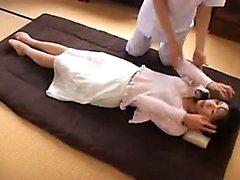 Svelte Jap a une masseuse prendre sa chatte poilue