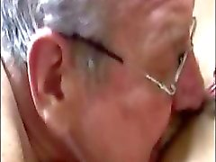 Fett gamla män går ner på vackra blonda babes snäva pussy