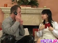Aimi Shirase ansaugt Schwanz während erwischt den Ball doggy bei interrassischen