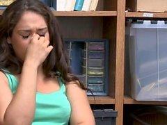 Зигги получает ее волосы, стянутые в качестве исследователя трахает ее рот