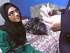 Söt Arabisk tjej suger a stor engelsk kran om ett rum