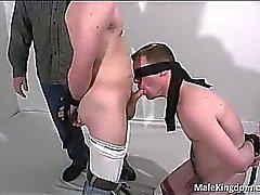 De homo Tied está masturbada mediante raro sucio y
