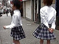 Twee Aziatische twinks in schoolmeisjes uniform over homoseks