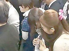 Menina nova tateou pela mulher de da lésbica dentro de um trem
