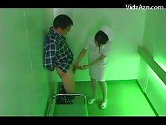 Infirmier A genoux donnant pipe pour le malade Cum à palme dans l'ascenseur