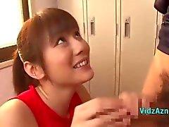 Fille de asiatique en robe la formation donnant pipe tout en se reposant sur la boule de sperme Bouche dans le casier de Roo