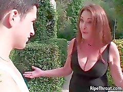 Cornea Redhead con suocera succhia il il cazzo duro