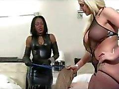 Twee minnaressen zijn om de beurt neuken met hun passieve slave