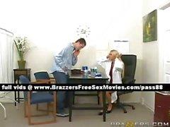 Praticien douce blonde travaille d'un pacient