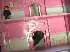 Alexa la Géante attaque le petit bâtiment