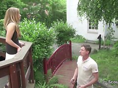 Teen wird vom Vermieter mit riesen Schwanz im Garten gefickt
