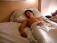 Een kerel lag te slapen toen hij werd aangevallen door een bandiet en vastgebonden