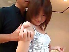 Seduzido asiático adolescente mostra pentelho pêssego em close- up