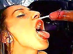 Cochonne le bukkake européen absorbe sperme activités sexuelles en groupe
