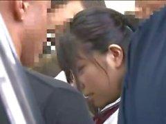 Ung skolflicka ganggroped i en tunnelbana