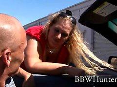 Grande, blonde et belle Lilly West se met à genoux pour une action de fellation