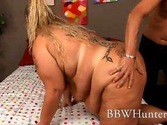 Iso , blondi ja kaunis Lilly West joutuu äitinsä sylissä joitakin itseltään toimintaa