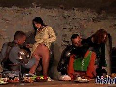 Köstliche dames erhalten in einer Orgie genagelt