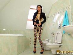 Fetish whore urinating