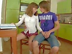 mutfak masasının üzerinde seks kız öğrenciler