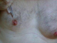 Skrotumda infüzyon Oynatma sırasında Bayan meme başları salin enjeksiyonlu