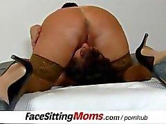 Enorma naturliga bröst Stora damen Eva facesitting ett givna boy