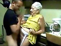 Oma wordt geneukt door een jonge kerel