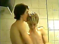 Zwei kleinen Kerle bumsen im Bad !!!