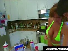 Texas Cougar Deauxma mange la chatte d'Angie Noir dans la cuisine!