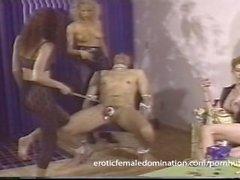 mistresses impietose di collaborare per effettuare cazzo servo fa male male