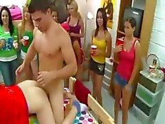 Erotik oyunlar oynarken üniversite öğrencileri