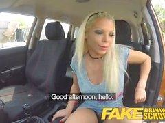 Fake Driving School Barbie tjänar sitt pass med en enorm ansikts