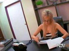 Secrétaire blonde sexy Victoria White jouer avec sa chatte et de donner un travail de coup en poste