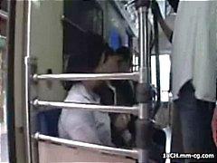 Gal Oriental jovem faz uma viagem para a cidade e fica abordado no trem