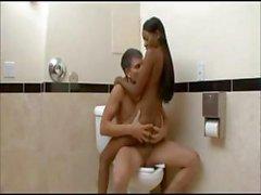Bañera chick negro se masturba en el tocador entonces le da de un de POV interraciales chupa y joder trabajo