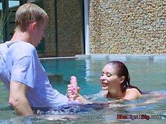 Bombshell Monique Alexander joue avec piscine garçons Dong