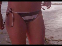 De fille de en bikini part la plage baiser