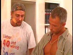 Durchbohrt und die tattooed Schlampe deutscher Nahme von zwei Hähne