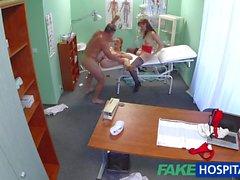 FakeHospital l'infirmière chaud joindre à médecin et le malade pour triolisme