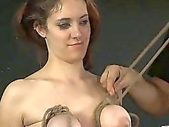 image Brunette nutte bekommt sperma über ihre tä