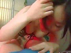 La fille Asian FAIRE DETUIRE LE Tétines Aspiré chatte poilue léché par The Masseuse En Les Lit de massage par des japlez