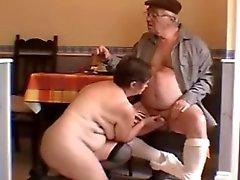 Sehr heißer weißhaarigen Grandpa und der Frau