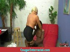 Cougar трахает огромную черные чудовище петух одна