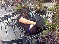 capturados frotar ella misma en Cafe puplic