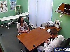 Sexig brunett knullas av doktorn