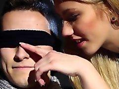 Blindfolded kahden keikari jizz