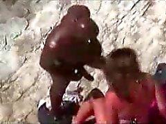 Beyaz kız plaj röntgenci onu siyah erkek arkadaşı ile sikikleri