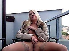 Sexy di blonde Lena dell'Amore sta ritenendo caldo oggi , esso? S il congelamento
