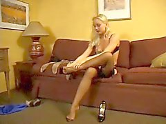 Sexig Sylvia i svart klackar och strumpor